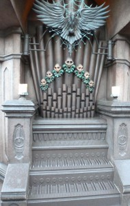 Disney Interactive Queues Organ at The Haunted Mansion